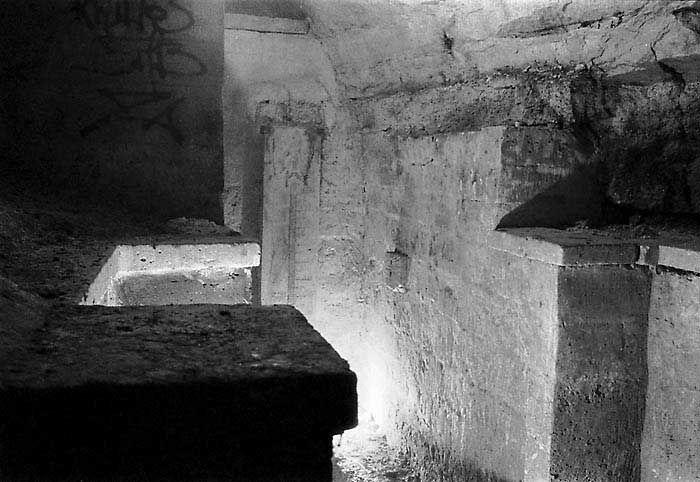 """Sous les jardins du Luxembourg, la """"Fontaine des Chartreux"""". On distingue au fond, verticalement, l'échelle d'étiage qui permet de mesurer le niveau de la nappe phréatique - Photos des Carrières de Paris"""