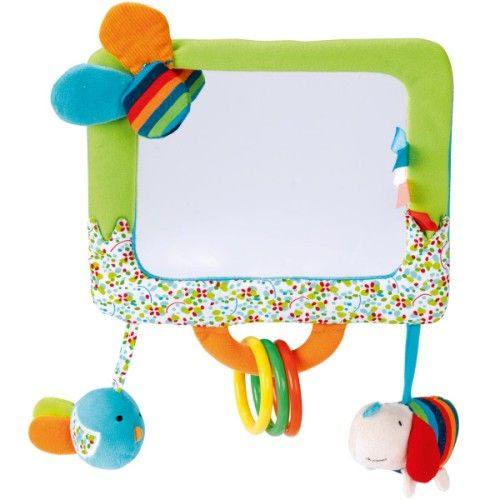 Ce grand miroir propose des activités d'éveil (3 anneaux en plastique, chien sifflet, oiseau grelot, papier bruissant et étiquettes) pour occuper votre enfant pendant les trajets en voiture ou sur son tapis d'éveil. Il s'accroche sur la vitre ou l'appuie-tête de la voiture ou bien il se pose à terre sur un pied. Le miroir est de très bonne qualité. 19