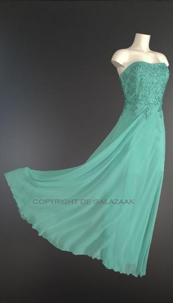 Door middel van de lint-veter op de rug kan deze jurk als een korset precies worden aangesloten op het figuur! €155