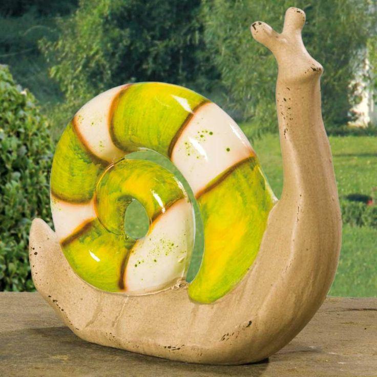"""Gartenkeramik Tierfigur Schnecke """"Sommer"""" - Die freundlich bemalte Keramikschnecke ziert Blumenbeete und Pflanzkübel, Balkone, Fensterbänke und überhaupt den Garten. Majestätisch mit erhobenem Haupt trägt die naturgetreu nachgebildete Tierfigur ihr grün-weiß bemaltes Häuschen auf dem Rücken."""