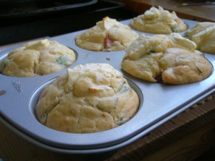 Matmuffins är perfekt att ha på lut i frysen, till utflykten eller bara som ett ovanligt gott mellanmål. Baka en sats redan idag – följ det här grundreceptet och fyll dem med vad du har hemma…
