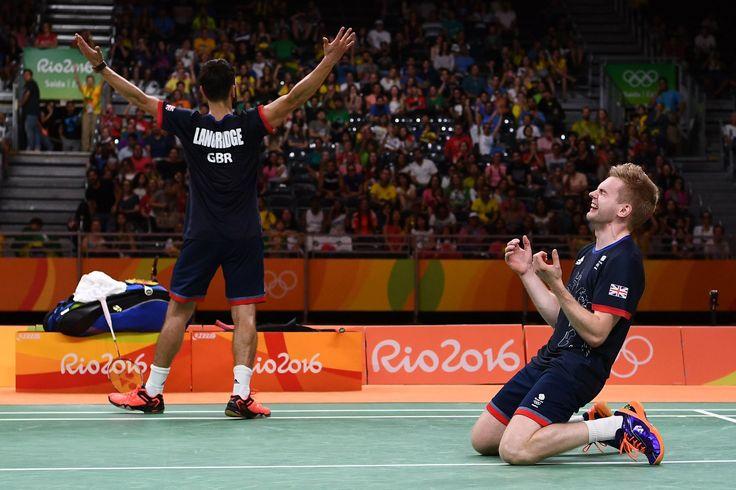 A dupla da #GBR vence a #CHN na final do #Badminton. Marcus Ellis e Chris Langridge comemoraram muito o 2x1 do #Ouro