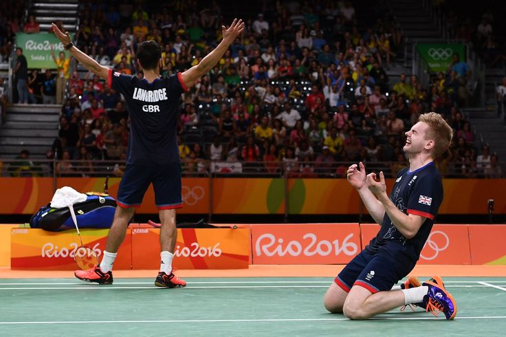 A dupla da #GBR  vence a #CHN  na final do #Badminton . Marcus Ellis e Chris Langridge comemoraram muito o 2x1 do #Ouro
