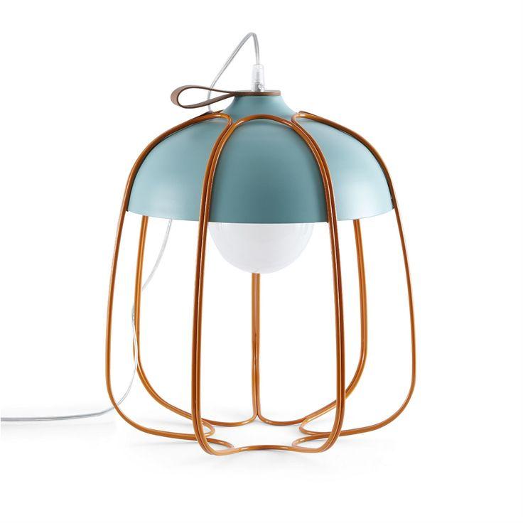 Lampe nomade composée d'une structure coupole en aluminium peint en turquoise, d'une cage en fil de fer coloris orange, d'une lannière en cuir naturel au sommet et d'un long câble d'alimentation ...