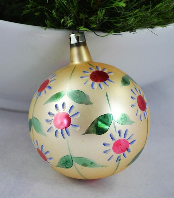 This offering is for a vintage hand blown, hand painted glass ornament made in Poland. This pretty faded yellow ornament with white flowers is in great vintage condition with no chips or cracks. There is a bit of fading and some minor color loss, about what you would expect from something of this age. It measures 3 inches in diameter. I am happy to combine ship orders and refund shipping overages of $1.00 or more. Thank you for looking! To return to my shop, please click below: www.etsy.c...
