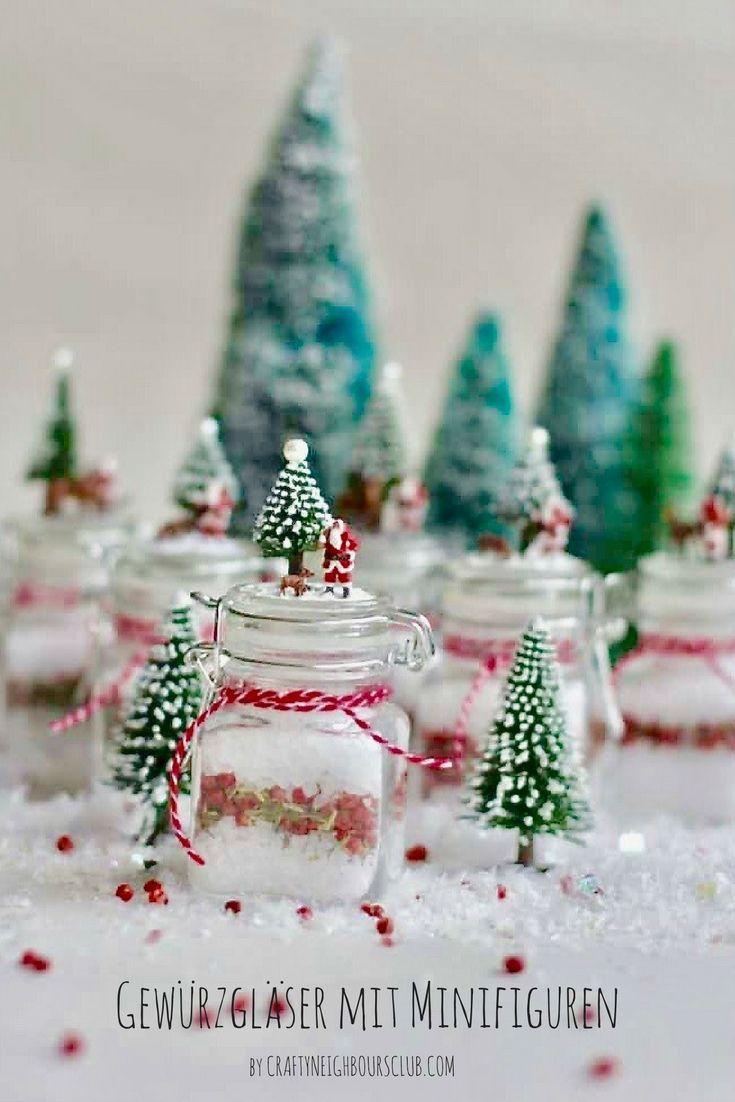 DIY Weihnachtsgeschenke Selbermachen. Wir dekorieren kleine Gewürzgläser mit weihnachtlichen Minifiguren....mehr auf Craftyneighboursclub.com