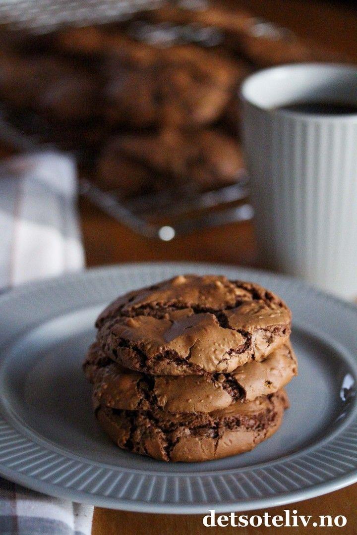 Hvem har sagt at småkaker må være tørre og kjedelige? Disse myke sjokoladecookiesene er i hvert fall lagt i fra det! Med masse sjokolade og melisdryss på toppen, blir disse kakene både dekorative og ekstremt gode!