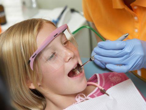 Pierwsza wizyta dziecka u dentysty może być kluczowa. Kolejne odwiedziny będą przywoływały wspomnienie tego pierwszego spotkania. Nie nastawiajmy dziecka negatywnie, nawet jeśli sami nie przepadamy za stomatologiem. Pierwsza wizyta w gabinecie może być tylko zapoznaniem się z lekarzem oraz z otoczeniem. Dziecko na pewno będzie chciało wszystkiego dotknąć i zapytać o wiele rzeczy. Życzliwy stomatolog to podstawa! http://www.blueklinik.pl/pl/stomatologia/gabinet/