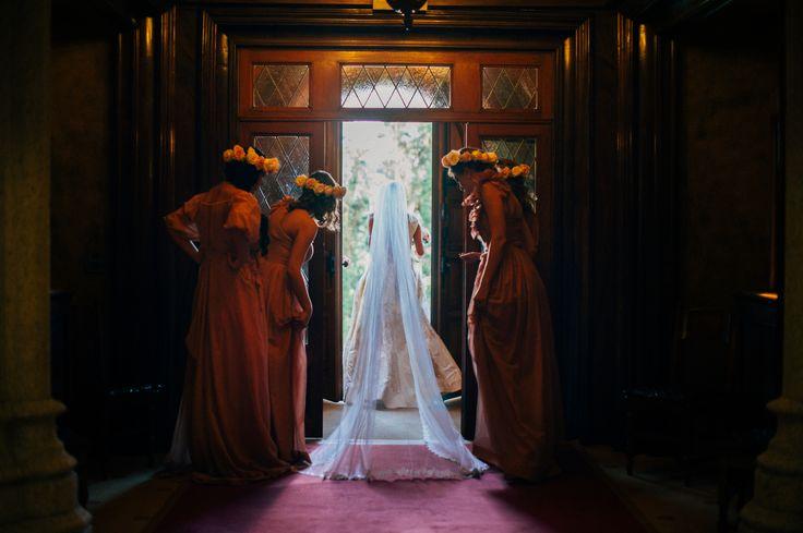 Here comes the bride. Bridesmaids / момент появления невесты.