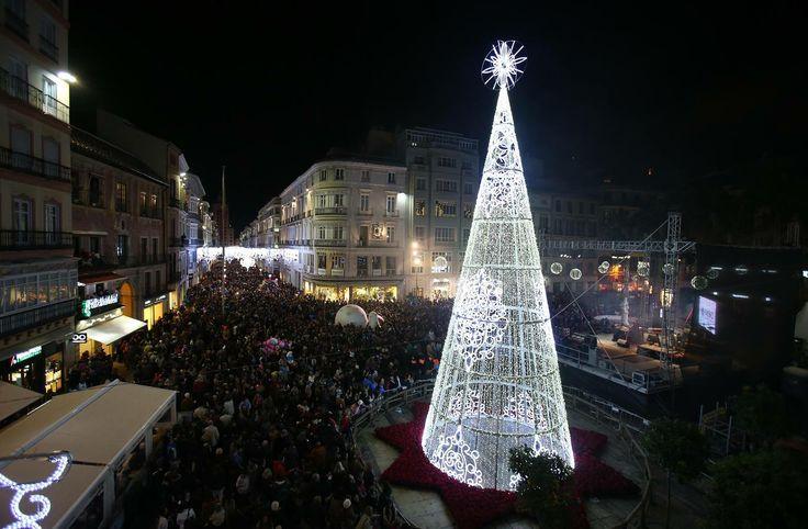 ¡Así viven los malagueños la #Navidad! En la tradicional calle Larios ya se respira el ambiente navideño: miles de sonrisas, emociones de los más pequeños y de los que no lo son tanto, pensamientos sobre qué regalar... #navidadandalucia
