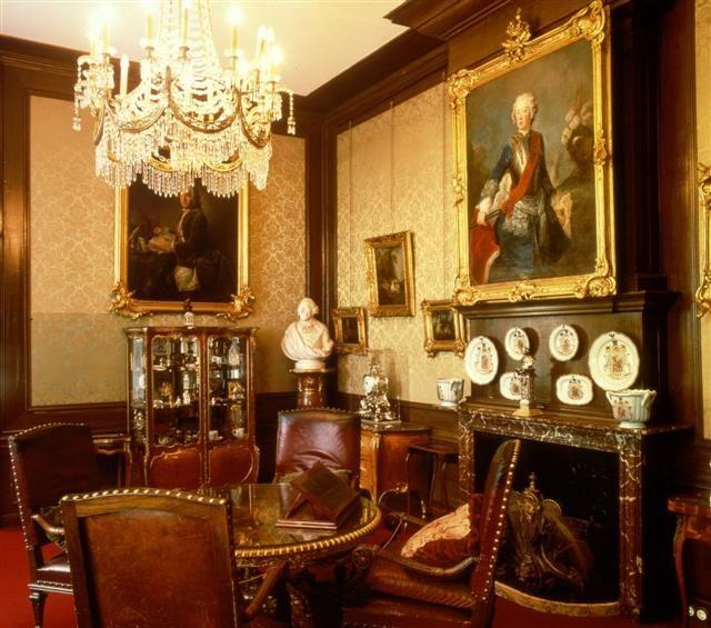 De rookkamer van keizer Wilhelm II in Huis Doorn. Boven de haard het portret van Frederik de Grote.