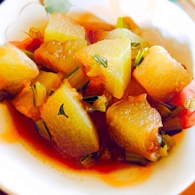 冬瓜がお見切りでお安く手に入ったのでお昼にさっくり煮て食べました 小松菜が茎だけなのはスムージーで葉っぱを使った残りです いつもスムージーにも茎別によけずに入れますが今日はなんとなく - 10件のもぐもぐ - 冬瓜と小松菜の茎の煮物 by トキロック