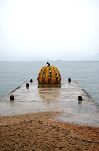 Naoshima! 直島。 M. Fukutake, richissime homme d'affaires, collectionne ici et maintenant de l'art et de l'architecture qu'il offre à voir sur cette île ainsi que sur deux autres petites îles du même archipel, Teshima et Inujima. Japon - mer interieure