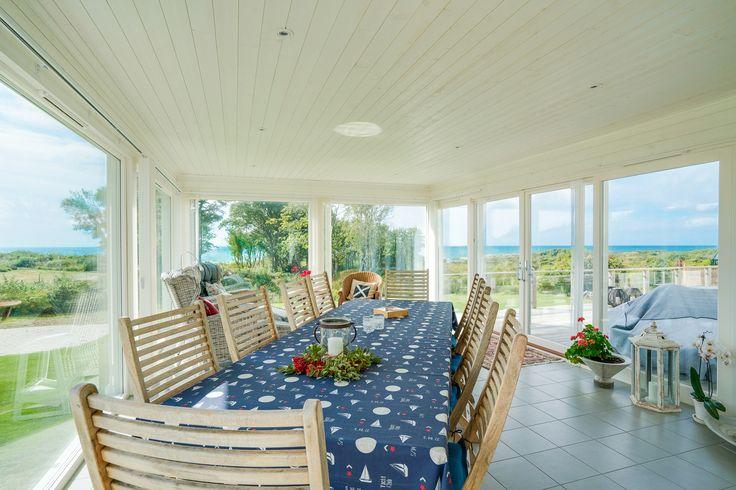 Stor vinterträdgård med panel i tak och på väggar - och stora fönsterpartier mot havet! Och plats för många att njuta av alltihop!