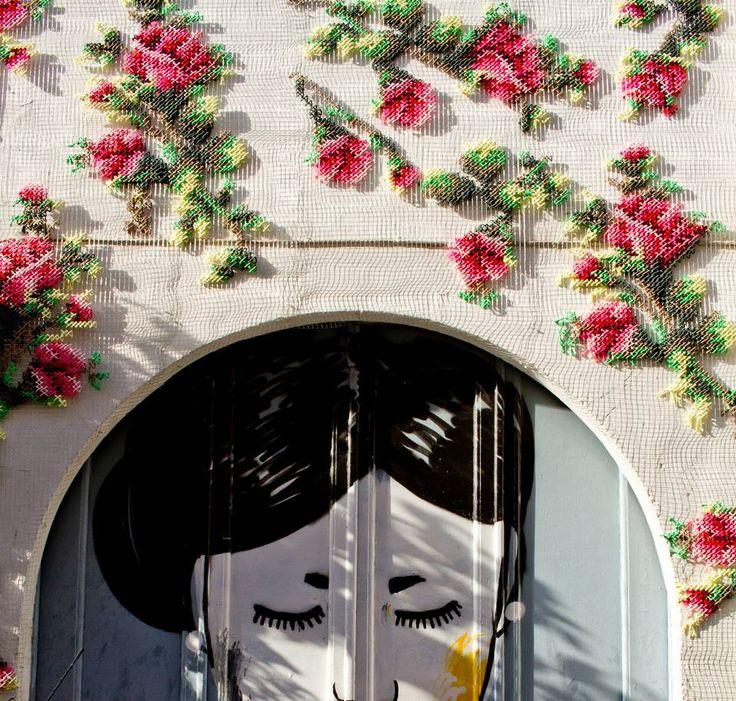 A artista Raquel Rodrigo utiliza os detalhes macro dos seus bordados de ponto-cruz para decorar fachadas de edifícios de Madrid. As peças são criadas antes de serem dispostas nos edifícios, a artista utiliza fios grossos envoltos em malha para depois fixá-los em arame. As peças de Raquel são inspiradas em pixels.     (...)