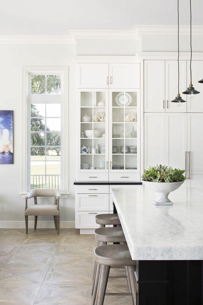 cocina-blanca-cocina-pequeña-alacena-vidrio-isla-encimera-marmol-suelo-parquet-sillas-altas-madera