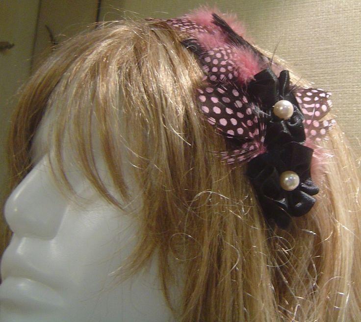Pembe siyah tonlarında, puantiye kuş tüyü, el yapımı çiçekler ve incilerden oluşan Taç modelimiz #taç #tac #taçmodelleri #tacmodelleri #taçtasarım #tactasarim #tasarim #saçtasarım #sactasarim