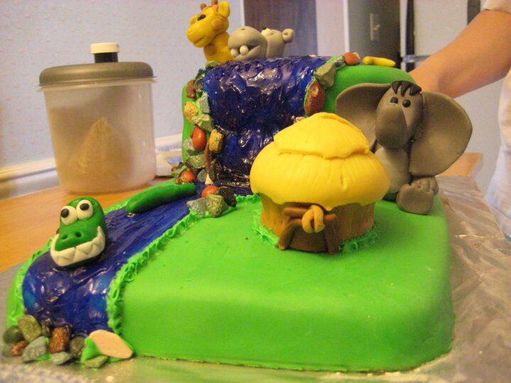 Jungle hut cupcake and elephant