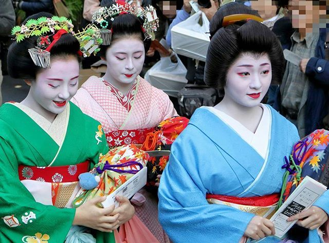 もみじのバッグが綺麗。  #舞妓 #maiko #芸妓 #geiko #京都 #Kyoto #顔見世 #歌舞伎 #祇園甲部 #恋舞妓