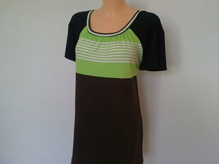 Tričko-zeleno/hnědé 3 barevné,ba tričko,s barevně řešeným pruhatým motivem,kde se spojuje pistácie s hnědou (tyto barvy nejsou sešívané,jsou metráž vcelku)....pohodlný raglánový rukávek je černý...praní na 30st....materiál je velmi pružný do 4 stran, 95% bavlna/ 5% elastan.Vzor je stejný na PD a ZD,působý mladistvě,může být i na sport. Prsa-118cm Boky-122cm ...