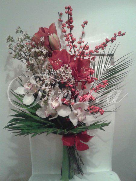 Представительский букет из орхидей, илекса и амариллиса. Доставка цветов в Чехии