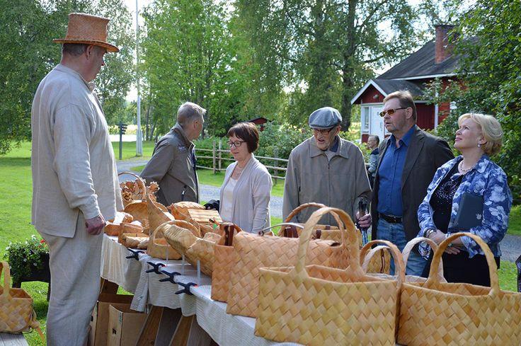 Juhlapäivänä Turkansaaressa on myynnissä perinteisiä käsitöitä. Luuppi, Oulu (Finland)