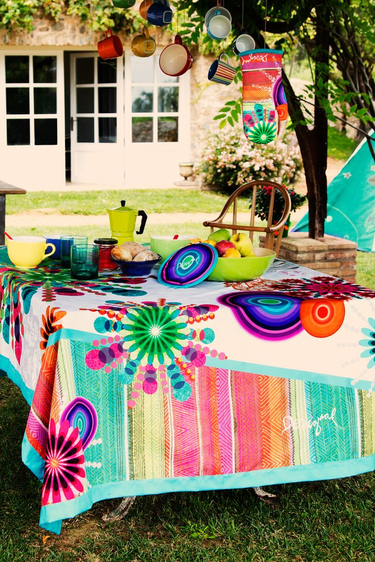 Your dining room, and even your terrace, will look great with the touch of colour added by this table runner