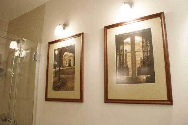 Zdjęcia wykonane przez właścicielkę łazienki w starannie dobranej oprawie. Zdjęcia są podświetlone halogenami w hermetycznych oprawach IP44. http://www.luxmarket.pl/strona/strefy-ochronne
