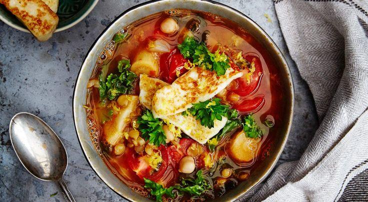 Recept på grön linssoppa med kikärter och halloumi. En soppa laddad med massor av näring, toppad med stekt halloumi. Harissa är en nordafrikansk kryddblandning med bland annat chili och vitlök.