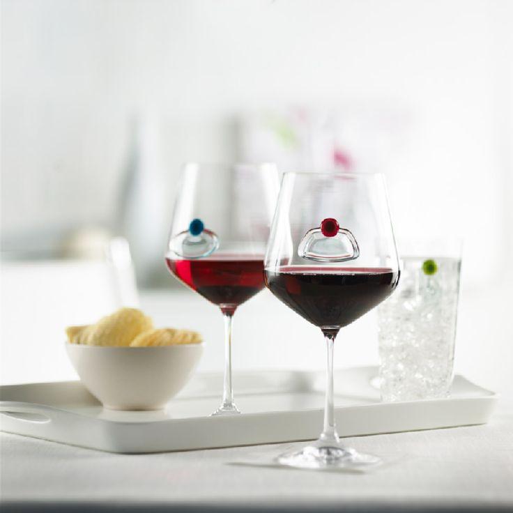 Näyttävätkö kaikki viinilasit aina samanlaisilta, kun on enemmän kuin yksi juomalasi pöydässä? Trudeaun viinilasin merkkaajalla ongelma poistuu.     Setissä on kahdeksan erilaista lasiin laitettavaa merkkaajaa ja vesiliukoinen kynä, jolla voit kirjoittaa siihen vaikka oman tai vieraasi nimen.    Kätevä myös paikkakorttina!