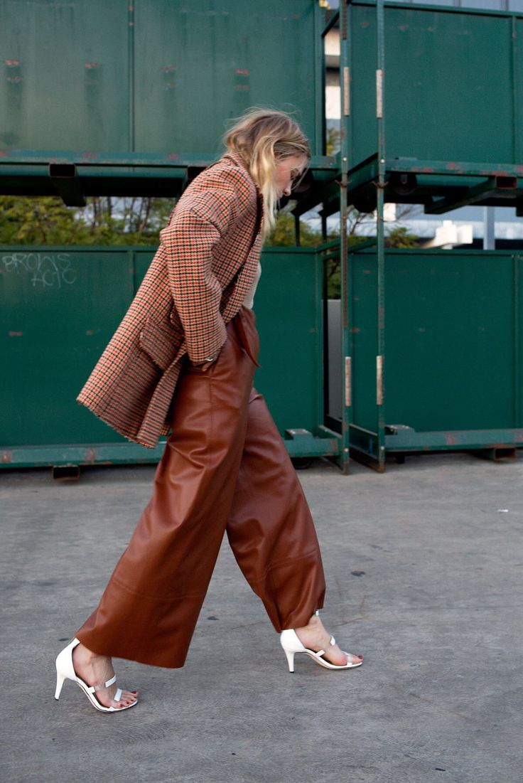 Gli Arcani Supremi (Vox clamantis in deserto - Gothian): Trend alert and must have for 2018: cropped pants, high waist bootcuts, culottes, wide leg pants, ankle boots, flouncy pants, fringed bottoms, splitted pants, popper pants. Tutte le alternative ai vecchi skinny