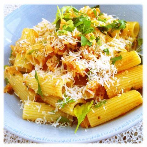 Bloemkool is nou niet bepaald een frisse en swingende groente, maar toch kun je er heerlijke - en zelfs spannende - gerechten mee maken. Neem deze broeierige op Zuid-Italiaanse recepten geïnspireerde pasta. Het is een ideaal lunchgerecht, maar komt ook prima tot zijn recht als snelle avondhap.