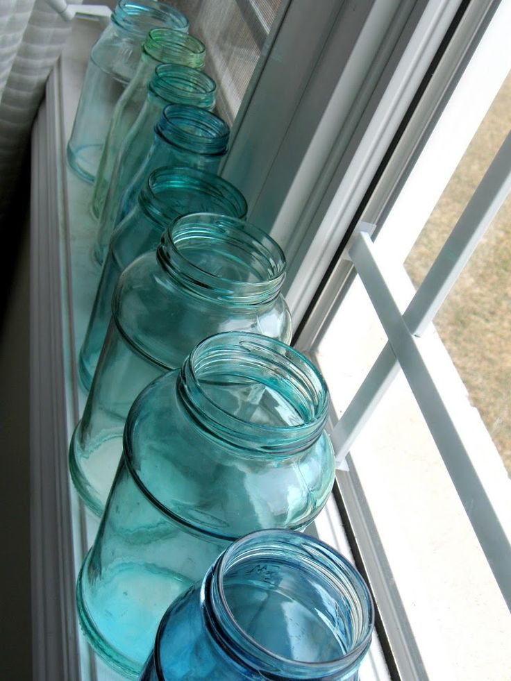 How to make blue jars with glue and food coloring.