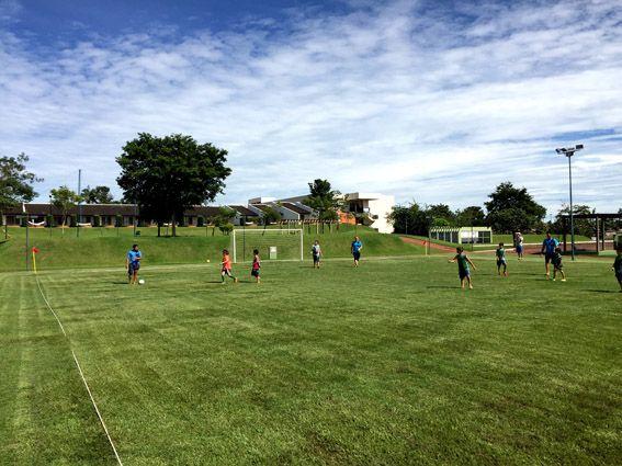 Blue Tree Park Lins - campo de futebol. Veja como passar uma semana no Blue Tree de Lins com crianças de 3 e 6 anos.  Falamos da estrutura, dos monitores, das suítes, dos restaurantes e de tudo que importa para programar as férias com os filhos.