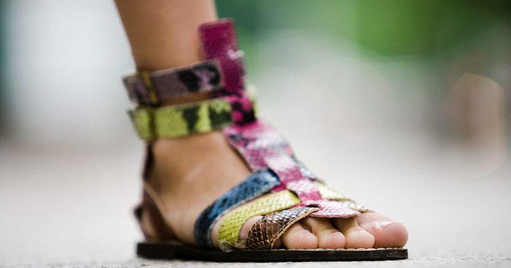 Como remover o mau cheiro de sandálias. O chulé, ou bromidrose, é causado por bactérias que vivem em ambientes quentes e úmidos. As sandálias são usadas geralmente no verão. Os pés suam e as bactérias fazem a festa nesse ambiente. É aí que as sandálias começam a cheirar mal. Para remover esse odor, siga alguns passos simples para manter seus pés limpos e livres de bactérias.