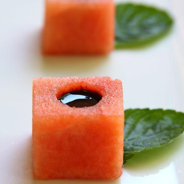 Salé - Pour l'apéritif des cubes de pastèque à la crème de vignaigre balsamique. Recette sur le site. Autre photo : http://2.bp.blogspot.com/-i4cvyDn8xYs/TdjUJv1xGJI/AAAAAAAAEV4/dtmZ4cK-9FM/s1600/watermel10001.JPG