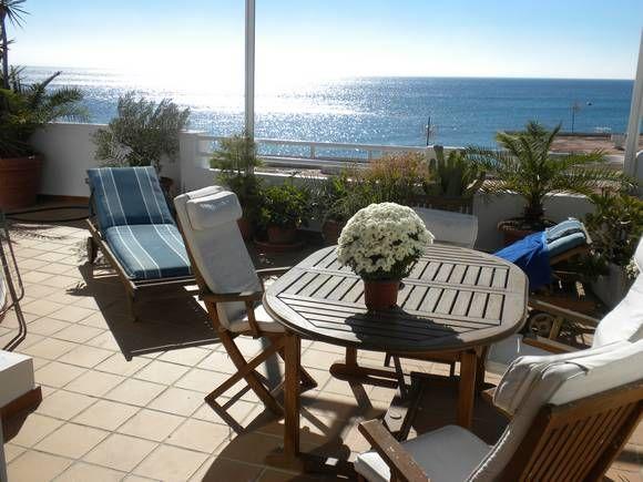 Ref:5949 ALMERÍA, AGUA AMARGA. Alquiler casa de pueblo en primera línea de playa. Tiene 3 plantas y dispone de #cinco_dormitorios, tres baños, un aseo, dos cocinas y terraza sobre el mar, amueblada y con #jacuzzi. Situada en pleno centro del pueblo y a menos de 40 m. de varios restaurantes y supermercado. #casa_grande_en_Almería http://www.fotoalquiler.com/aguaamarga5949/
