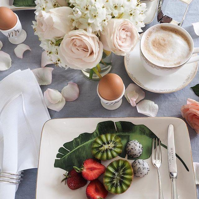 Have a wonderful day my IG Friends! 💞  .  .  .  Dzień dobry Kochani 💞 Na diecie owoce możemy jeść tylko na drugie śniadanie lub podwieczorek 😭 ale dla utraty zbędnych kg jesteśmy gotowi na takie poświęcenie 😁   _______________________________________ Serwujemy je sobie na pięknych talerzach @atab_official w zestawie ze sztućcami do owoców @hefra_pl na lnianym obrusie @kardelenhome 🍴 Piękne drobiazgi wyszperaliśmy przy okazji kompletowania prezentów ślubnych... ale jak tu się z nimi…
