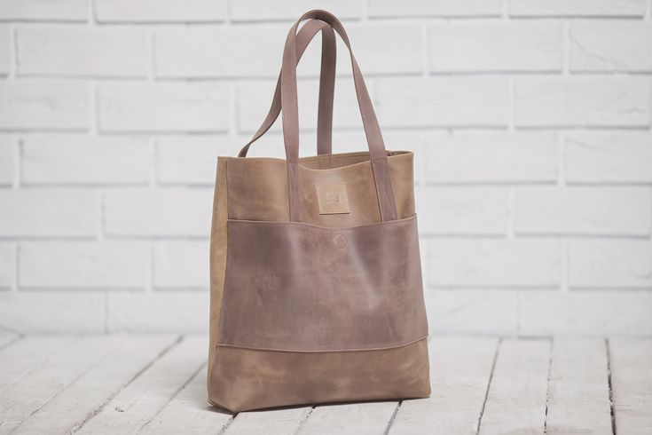 Světle hnědá dámská kabelka vyrobená z pravé kůže. Ručně vyrobená kabelka s použitím strojního šití o rozměru 40x35x10 cm. Možnost vlastního loga či nápisu.