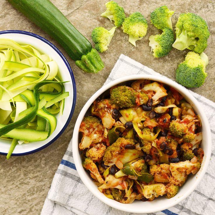Zucchini-tagliatelle i tomatsås med svarta bönor och broccoli! Receptet finns i meny 20. 🌱😊  www.allaater.se