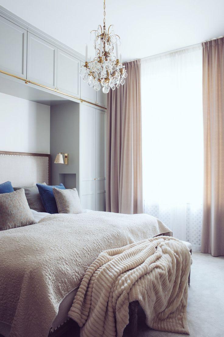 Hotellikt sovrum med mkt textiler