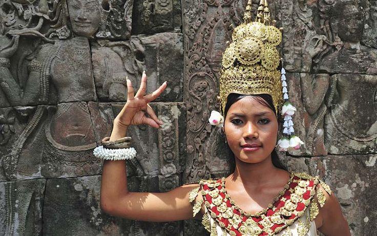 Portret van een Khmer-prinses in traditionele klederdracht in het Angkor Tempelcomplex