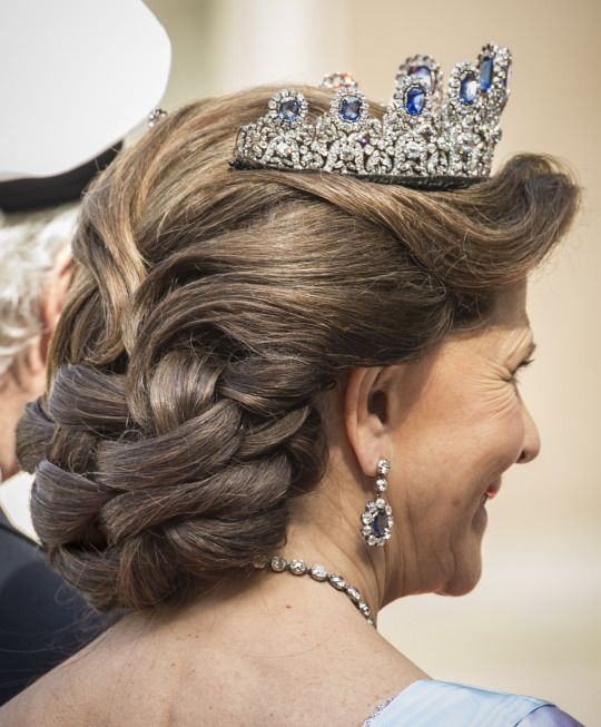 Hairstyles With Crown Queen: 428 Best Royal Style, Tiara Hair Images On Pinterest
