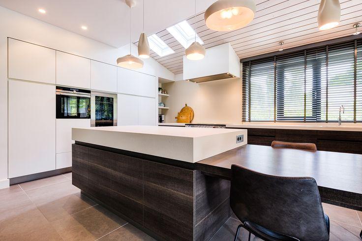 Witte keuken met hout en lage tafel bij keukeneiland. Obly.com