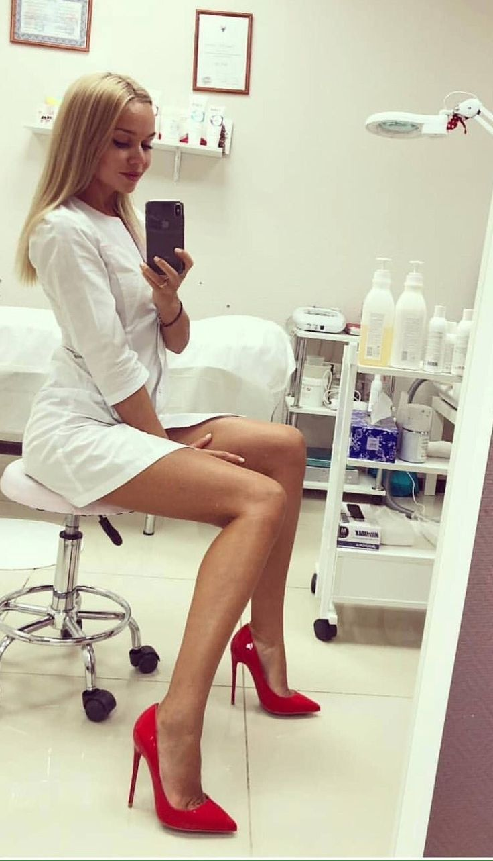 Seksi medicinska sestra v rdečih petah Blonde Stil-5211