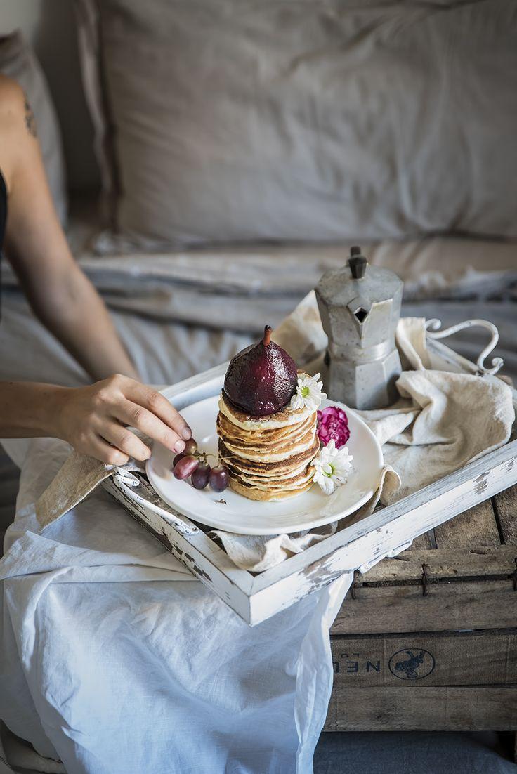 Gli angel food pancake con pere cotte al succo d'uva sono perfetti per una colazione ricca di gusto ma anche sana e ipocalorica, non hanno grassi aggiunti