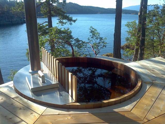 Notre bain nordique, harmonieusement encastré près d'un lac, au milieu de la forêt.