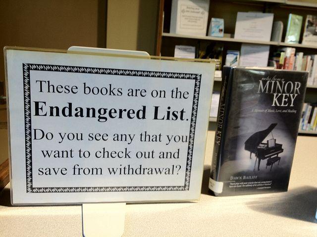 Aviso de expurgo en la Lawrenceburg Public Library de Indiana