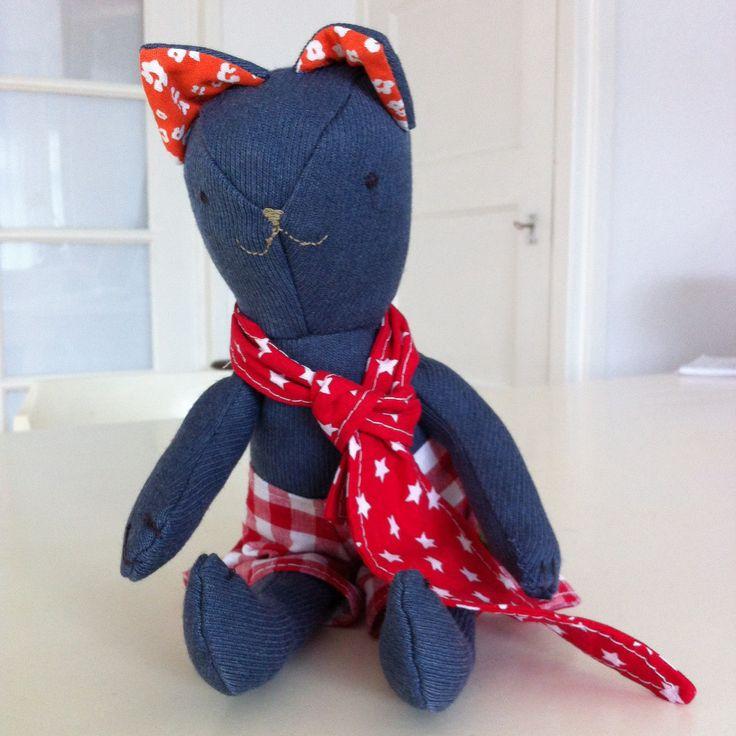 Meet Tom Kat. Tom zoekt nog een nieuw vriendje dus mocht jouw koter dol zijn op katten, laat het weten!!  Tom is gemaakt van een oude broek van mijn vader (die moet er al sinds de jaren 70 gehangen hebben...).  Uiteraard is eea voorzien van een kekke plaatje van Salut Stefanie!!