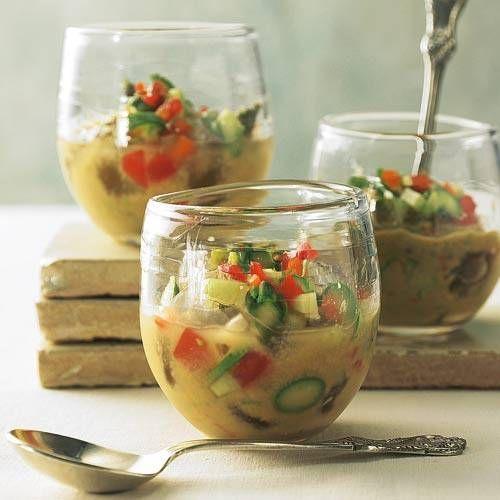 Die Idee für Gazpacho stammt aus Spanien - wir kochen die kalte Suppe mit Spargel statt mit Tomaten. Zum Schluss kommt etwas Olivenöl drüber.